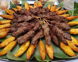 Brochettes de boeuf et poulet sauce saté